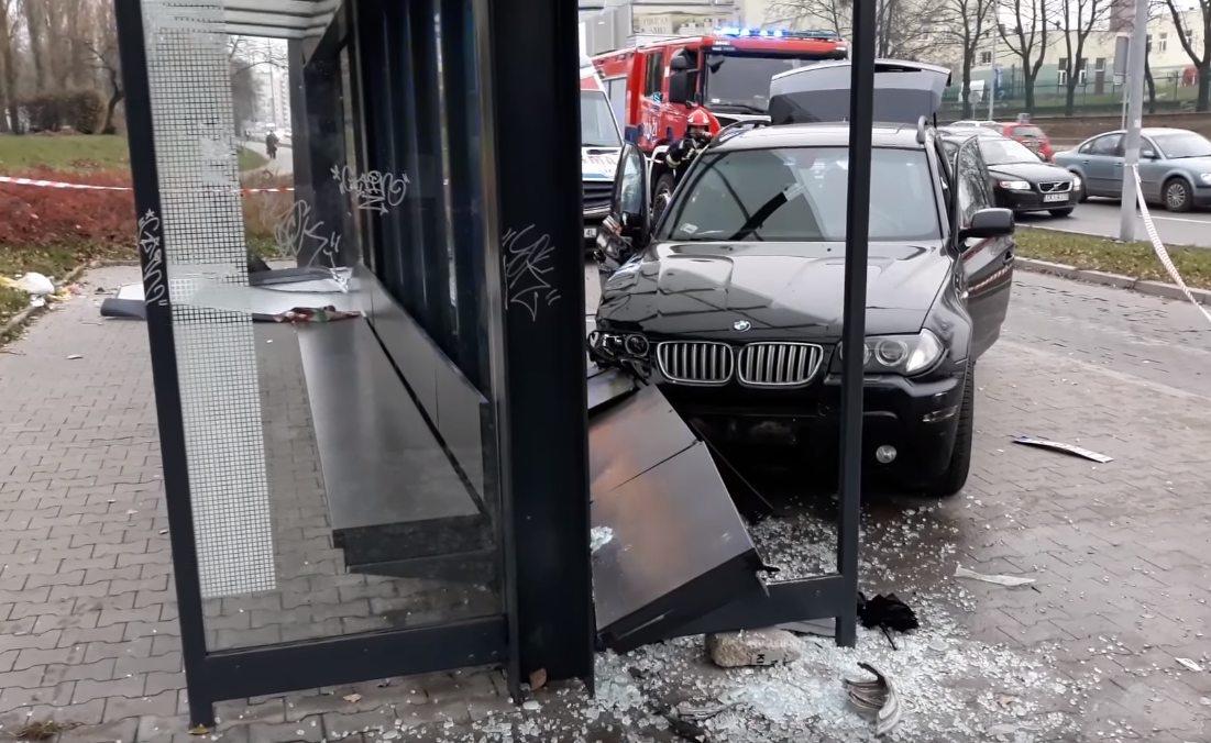2017-11-16_18-30_BMW X5 wjechał w przystanek