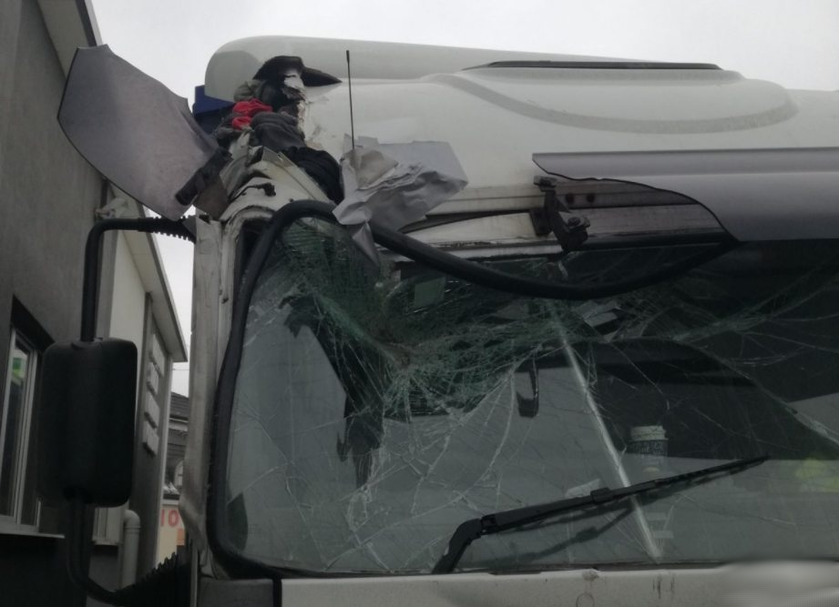 2018-02-16_22-20_Uszkodzoną ciężarówk