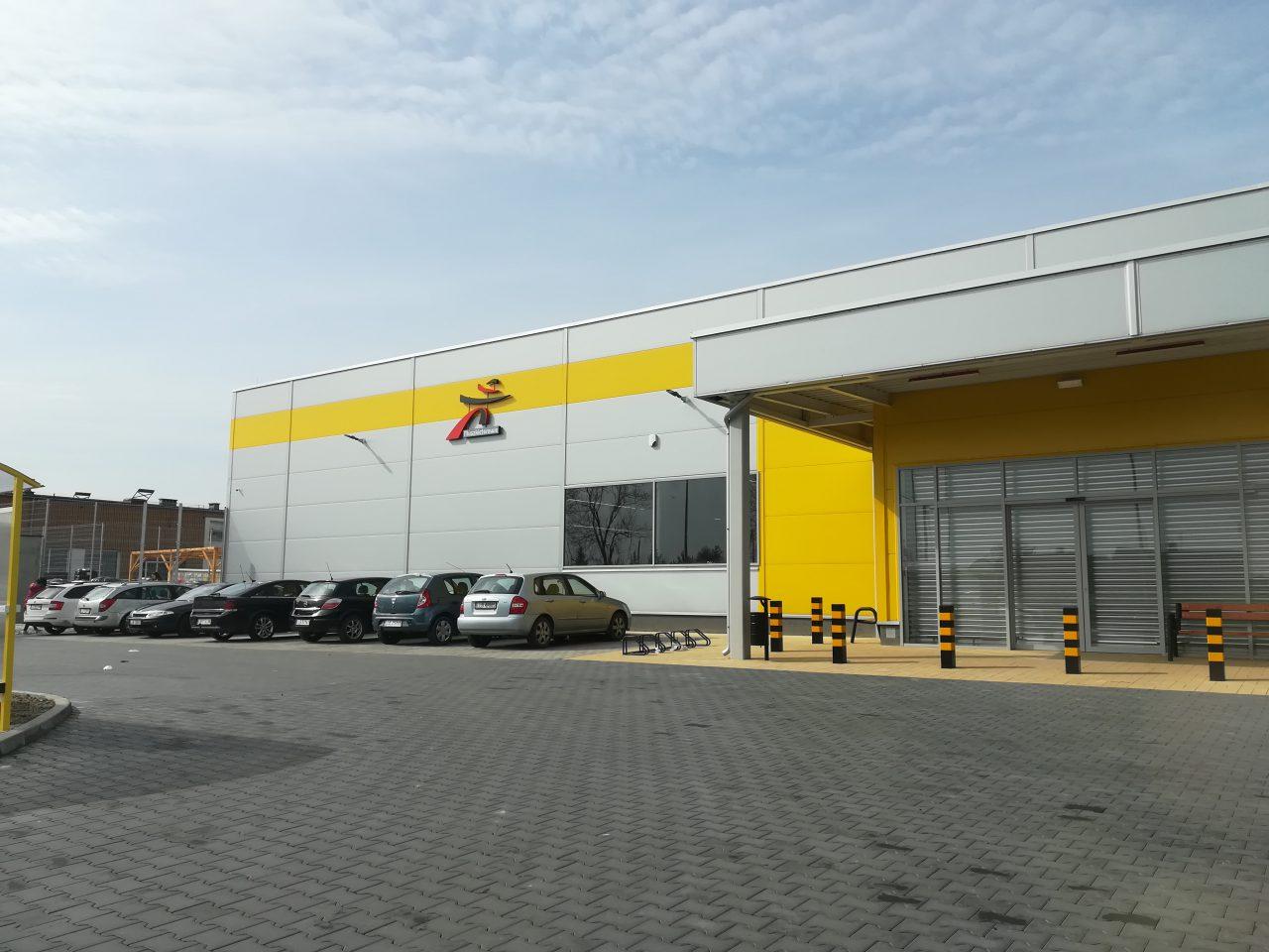919ae65cc W przyszłym tygodniu w Lubartowie zacznie działać kolejny obiekt handlowy.  Tak jak większość sklepów w tym mieście, zlokalizowany jest przy głównej  ulicy ...